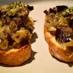 Tostas de Berenjena asada con cebolla roja confitada y tomillo